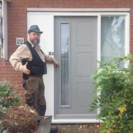 Seye de tuindeurenman bij voordeur